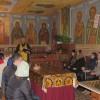 Pr. Constantin Cojocaru în discuție cu tinerii la biserica Universității de Stat