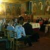 Pr. Alexandru Guțuleac în discuție cu tinerii la biserica Universității de Stat